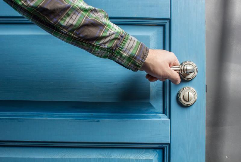 Ma porte ne s'ouvre plus, est-il possible de l'ouvrir sans l'abîmer ou la casser ?