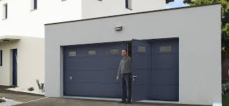 Porte de garage avec portillon pour un accès aisé aux piétons