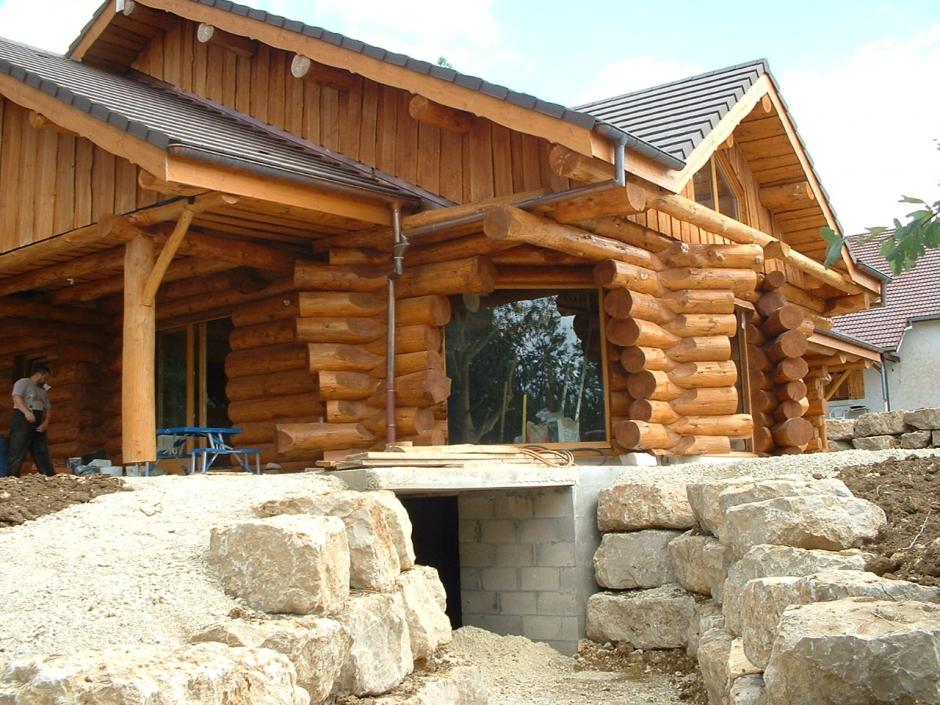 La construction d'une maison en rondins