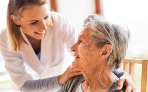 Les soins nécessaires pour personnes âgées à la maison